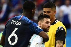 Paul Pogba memberi salam ke Messi setelah laga berakhir